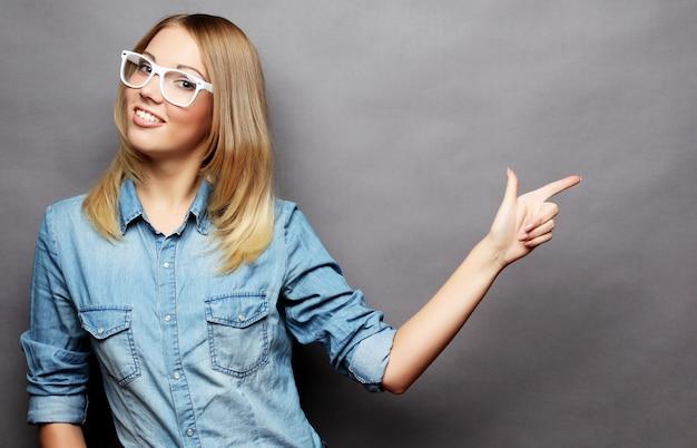 Jovem alegre mostrando copyspace, visual imaginário ou algum Foto Premium