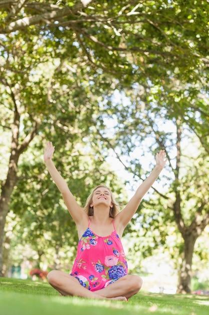 Jovem alegre relaxando em um gramado Foto Premium