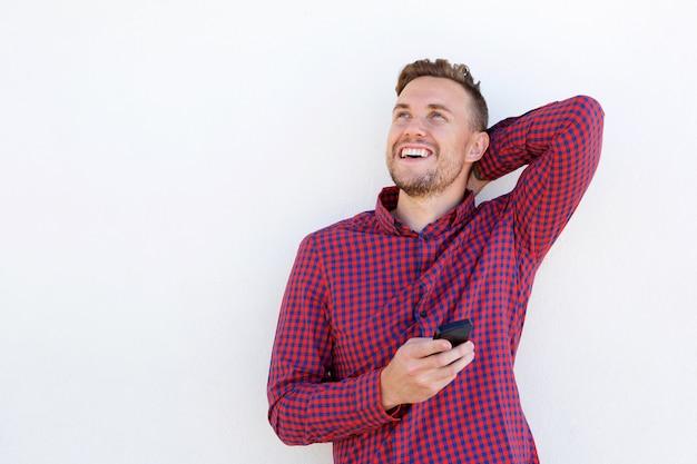 Jovem alegre rindo com telefone celular Foto Premium