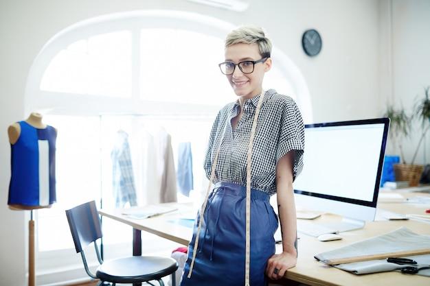 Jovem alfaiate feminino Foto gratuita