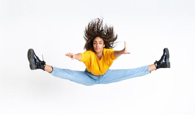 Jovem americana africano dançando sobre espaço em branco isolado Foto Premium