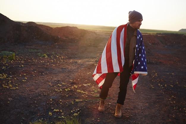 Jovem americano andando nas montanhas Foto gratuita