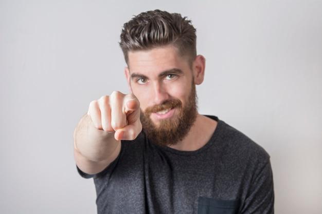 Jovem, apontando com o dedo. Foto Premium