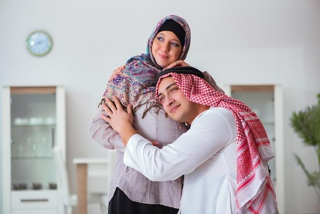 Jovem, árabe, muçulmano, família, com, grávida, esposa, esperando, bebê Foto Premium