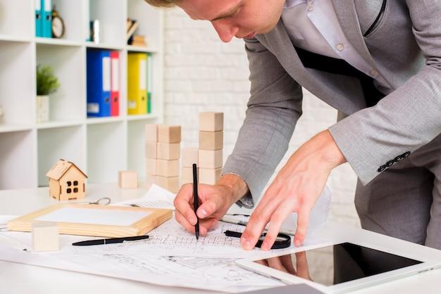 Jovem, arquiteta, em, seu, trabalho, sala Foto gratuita
