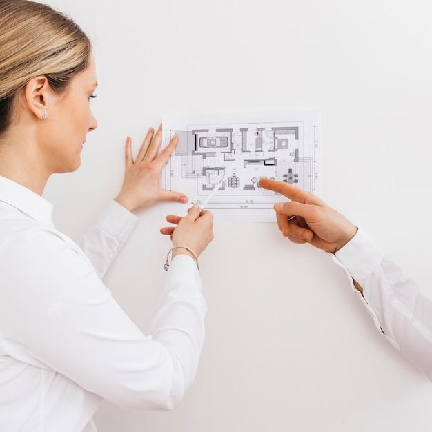 Jovem arquiteto feminino e designer trabalhando no projeto de projeto de novos apartamentos Foto gratuita