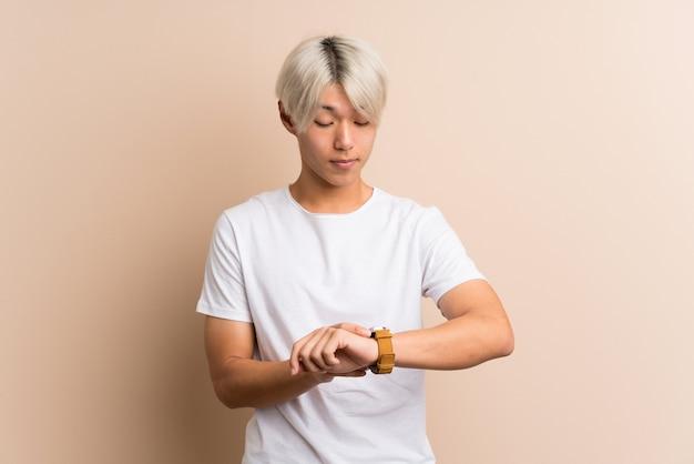 Jovem asiática com relógio de pulso Foto Premium