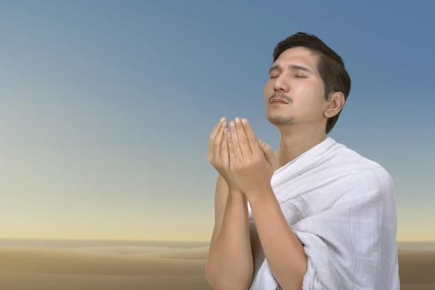 Jovem, asiático, muçulmano, homem rezando, para, deus Foto Premium