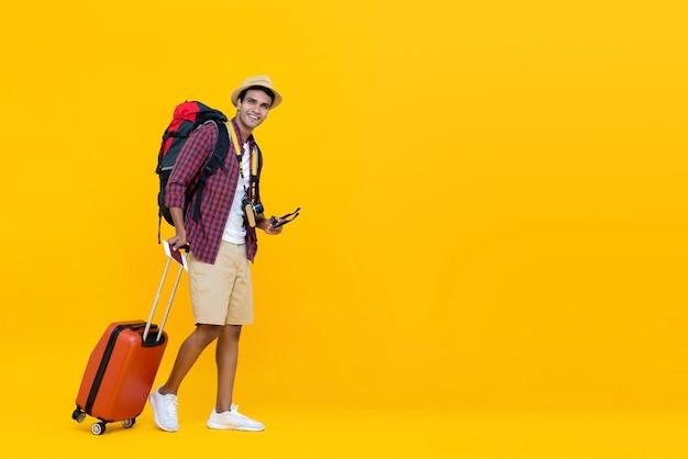 Jovem asiático pronto para viajar Foto Premium