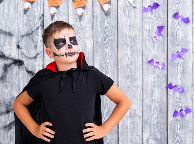 Jovem assustador posando para o halloween Foto gratuita