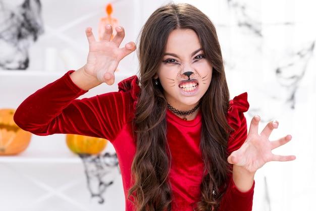 Jovem assustadora posando para o halloween Foto gratuita