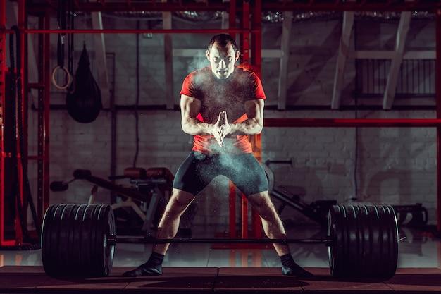Jovem atleta praticando treinamento crossfit Foto Premium