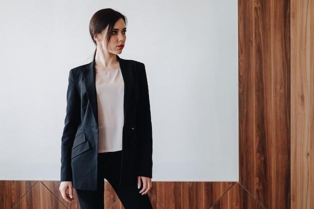 Jovem, atraente, emocional, menina, em, business-style, roupas Foto Premium
