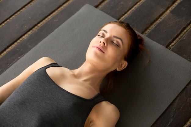Jovem, atraente, mulher, mentindo, em, corpo morto, exercício Foto gratuita