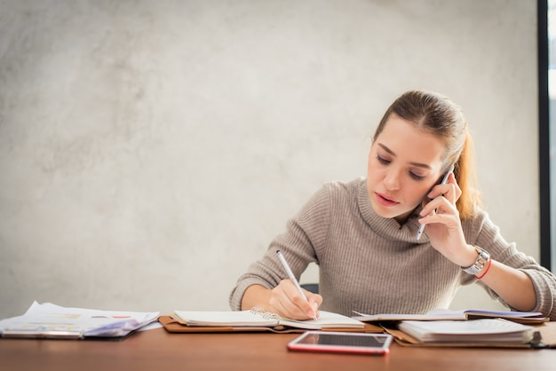Mulher jovem falando no telefone.