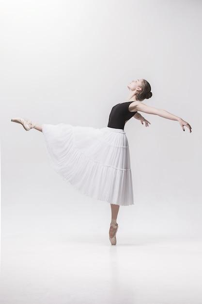 Jovem bailarina clássica Foto gratuita