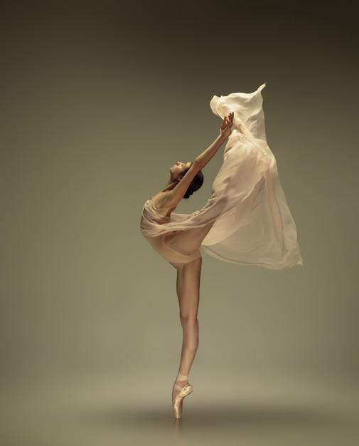 Jovem bailarina concurso graciosa na parede pastel Foto gratuita