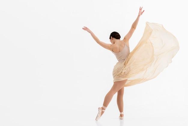 Jovem bailarina dançando com espaço de cópia Foto gratuita