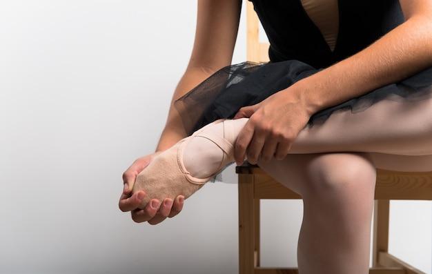 Jovem bailarina em estúdio Foto Premium