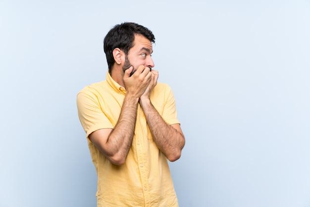 Jovem, barba, azul, nervoso, assustado, pôr, mãos, boca Foto Premium