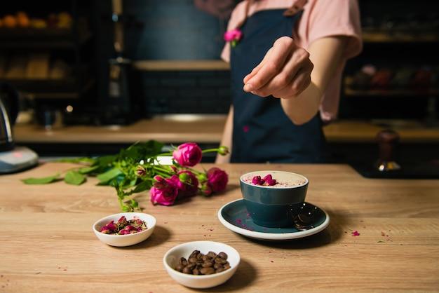 Jovem barista fazendo café raf rosa Foto Premium