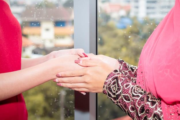 Jovem bela mulher muçulmana, apertando a mão com amizades caucasianas. Foto Premium