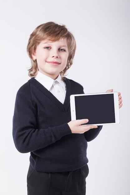 Jovem bem sucedido com uma prancheta sorrindo Foto Premium
