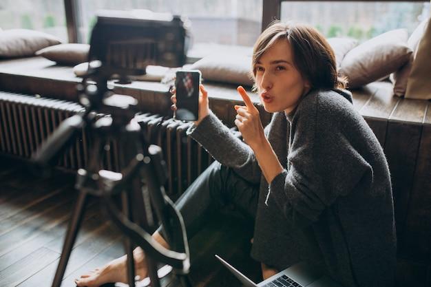Jovem blogueira de vídeo fazendo uma revisão em vídeo para seu vlog Foto gratuita