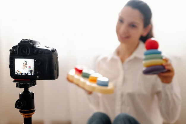 Jovem blogueira feminina com câmera Foto Premium
