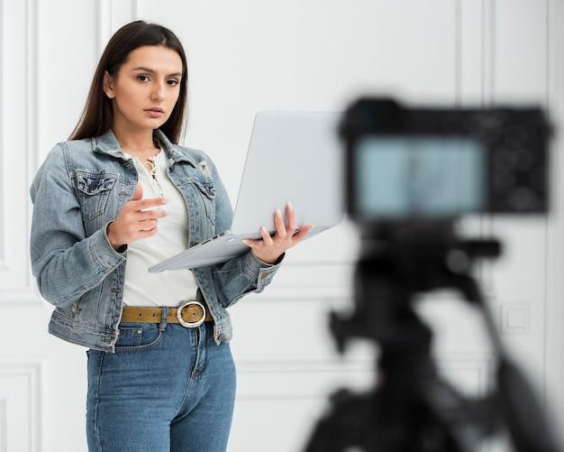 Jovem blogueiro transmitindo ao vivo Foto gratuita