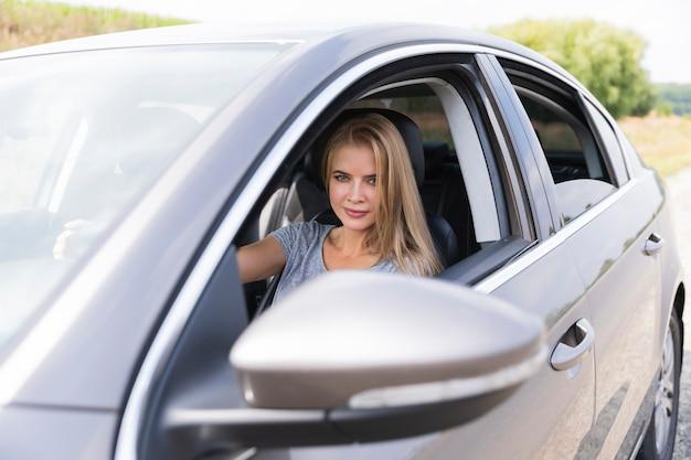 Jovem bonita dirigindo um carro Foto gratuita