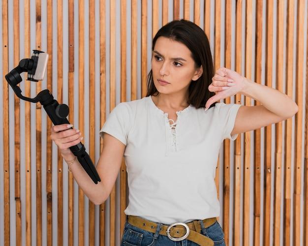 Jovem bonita gravando um vídeo Foto gratuita