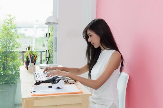 Jovem bonita trabalhando na mesa do computador Foto gratuita