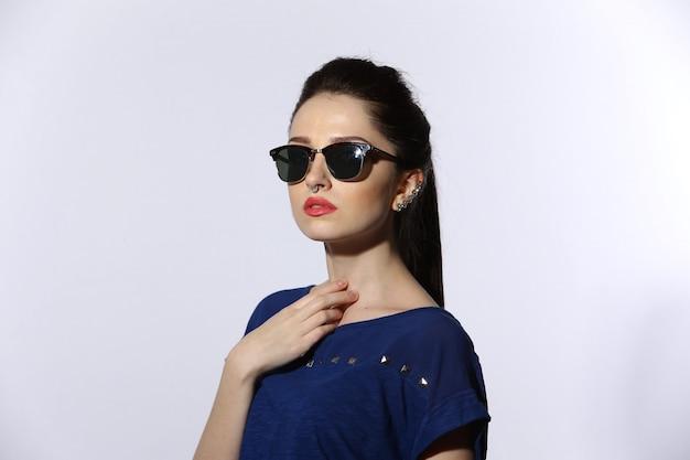 Jovem bonita usando óculos de sol Foto Premium