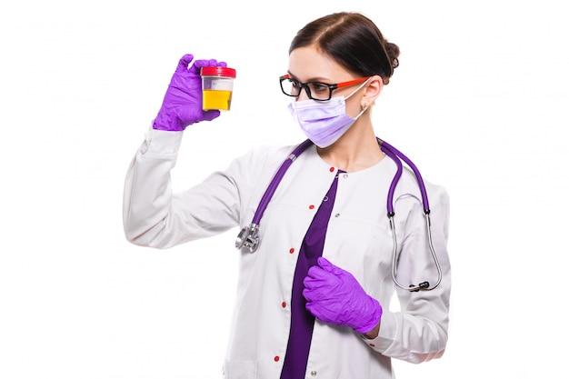 Jovem, bonito, médico feminino, segurando, amostra urina, em, dela, mãos, em, máscara médica, e, estéril, luvas Foto Premium