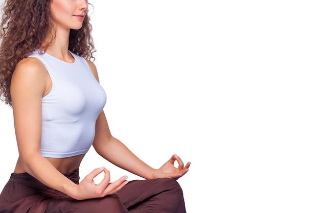 Jovem cabe mulher fazendo exercícios de ioga. Foto gratuita