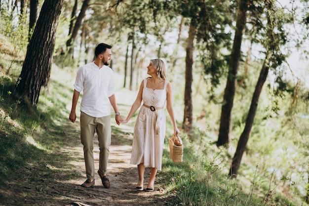 Jovem casal a passear no bosque Foto gratuita