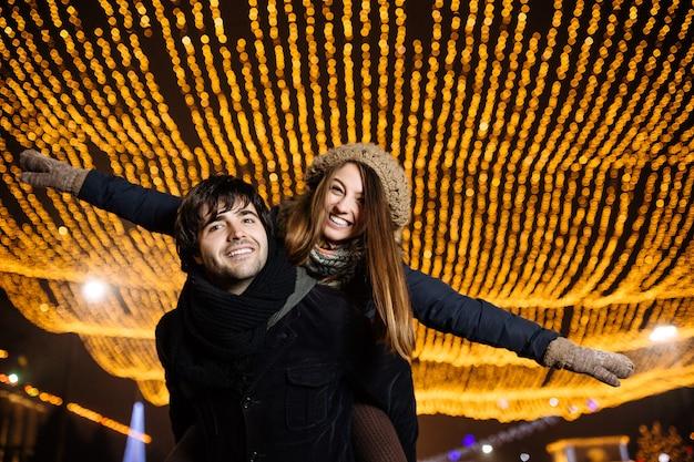 Jovem casal apaixonado ao ar livre Foto gratuita
