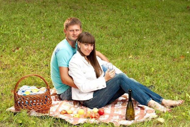 Jovem casal apaixonado em um piquenique romântico Foto Premium