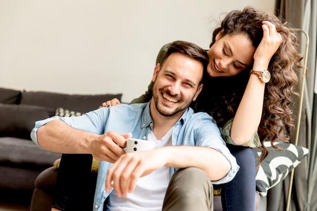 Jovem casal apaixonado relaxante no quarto Foto Premium