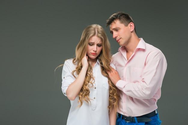 Jovem casal com emoções diferentes durante o conflito Foto gratuita