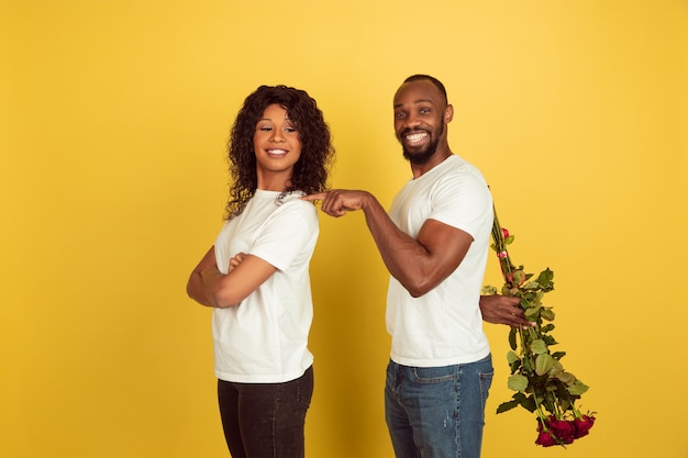 Jovem casal com rosas Foto gratuita