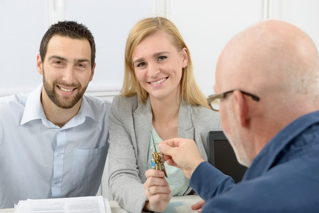 Jovem casal compra uma casa Foto Premium