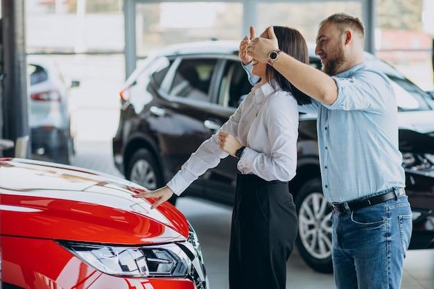 Jovem casal comprando um carro novo Foto gratuita