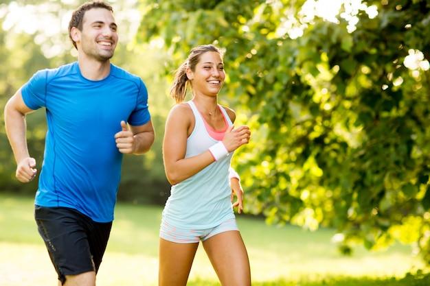 Jovem casal correndo Foto Premium