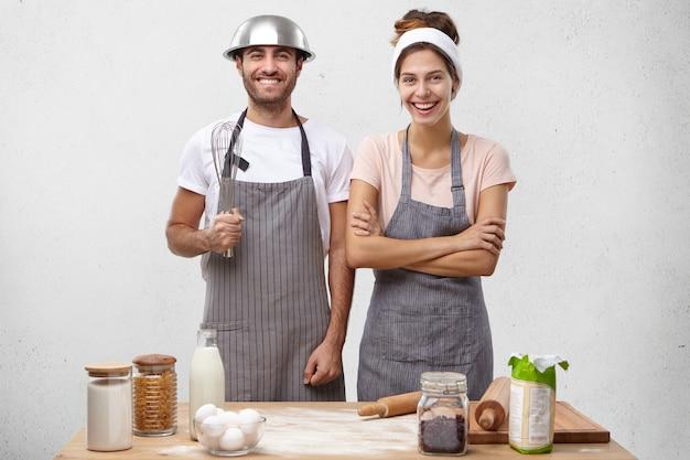 Jovem casal cozinhando juntos Foto gratuita