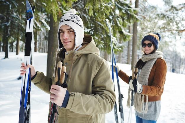 Jovem casal de esqui no resort Foto gratuita