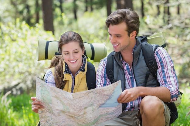 Jovem casal discutindo enquanto olha para o mapa Foto Premium