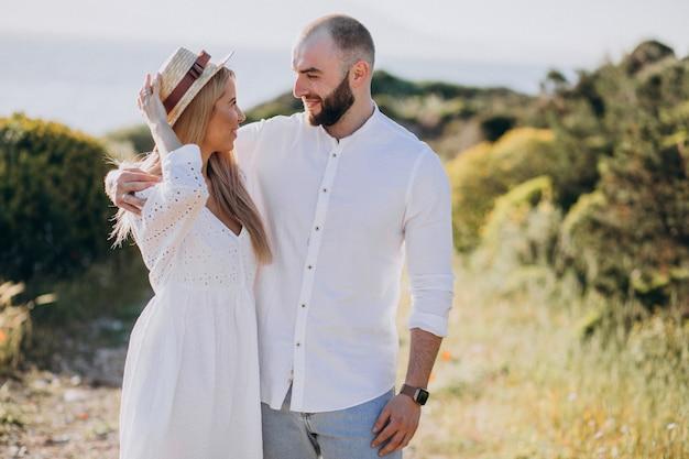 Jovem casal em lua de mel na grécia à beira-mar Foto gratuita