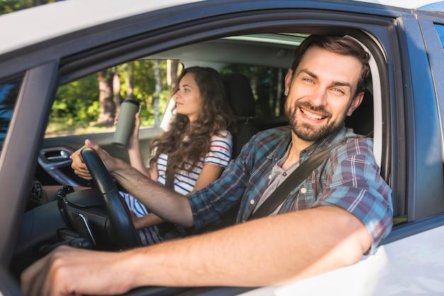 Jovem casal em uma viagem de carro Foto Premium